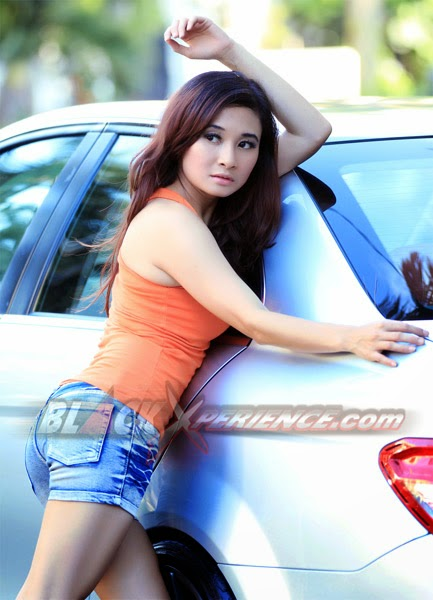 Pose Seksi Cewek Cantik Penggemar Modifikasi Mobil