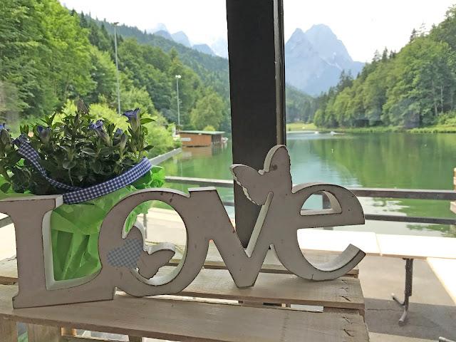 Beste Aussichten Tischdekoration Steingarten mit Hortensien, Schwimmholz, Steinen, Berghochzeit, Trachtenhochzeit in Himmelblau und Weiss, heiraten auf der Zugspitze, feiern im Riessersee Hochzeitshotel in Garmisch-Partenkirchen, Hochzeitsplanerin Uschi Glas