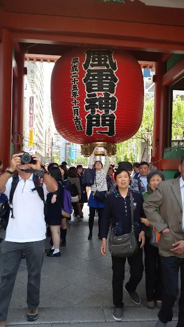 lanterna rossa chōchin asakusa tempio sensōji ad asakusa tokyo cosa vedere a tokyo trip in tokyo what see in tokyo travel blog travel blogger mariafelicia magno viaggio a tokyo mariafelicia magno  tempio buddhista tokyo