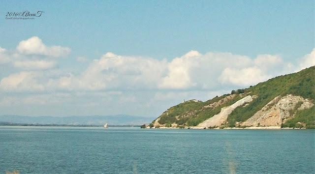 """Stânca """"Babacaia"""", În apropierea localităţii Coronini marchează intrarea propriu-zisă în Clisura Dunării."""