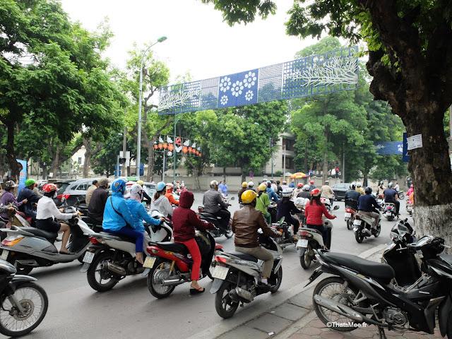 trafic circulation scooter rue hanoi vietnam