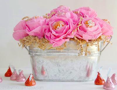 cestino di fiori con lecca lecca realizzati in carta crespa
