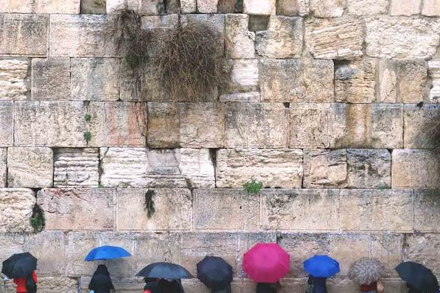 Le Kotel sous la pluie - Recueillement devant le mur occidental du côté réservé aux femmes