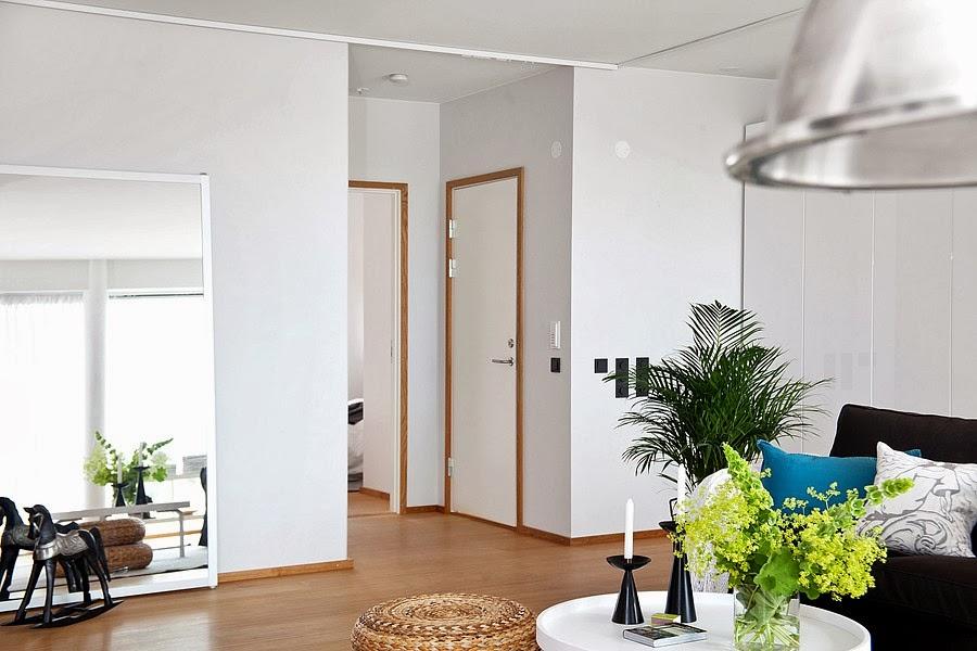 Białe wnętrze z czarnymi i niebieskimi akcentami, wystrój wnętrz, wnętrza, urządzanie domu, dekoracje wnętrz, aranżacja wnętrz, inspiracje wnętrz,interior design , dom i wnętrze, aranżacja mieszkania, modne wnętrza, styl skandynawski, scandinavian style, białe wnętrza, salon
