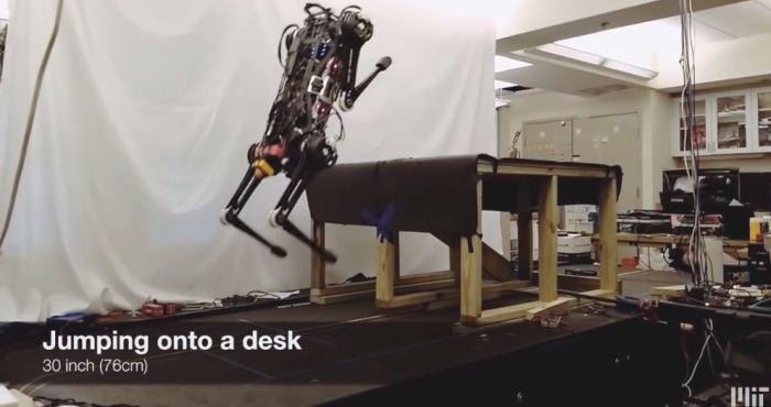Robot Cheetah 3 melompat ke meja