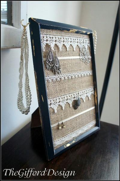 Gunakan bingkai foto untuk memajang perhiasan dan aksesoris