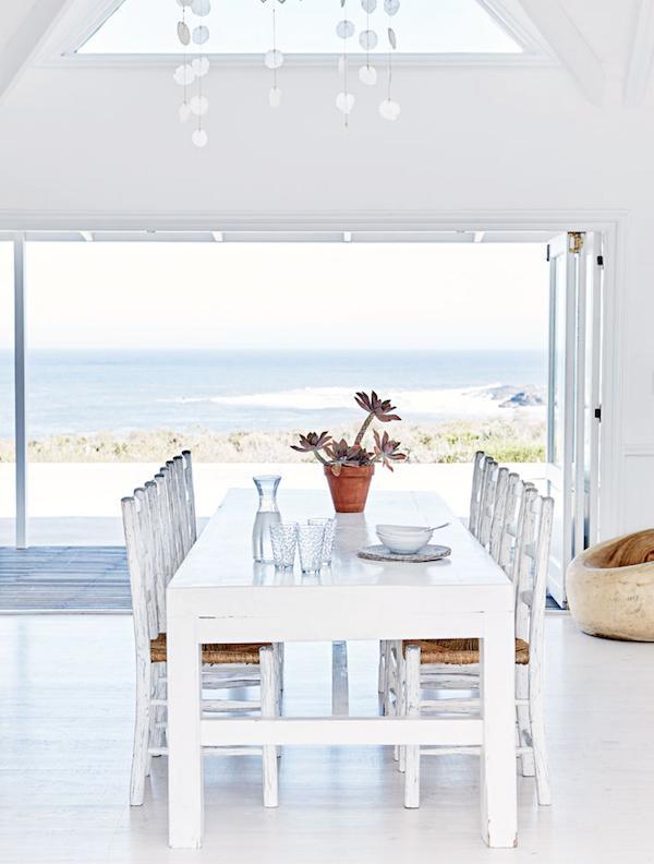 Salle à manger avec vue sur la mer