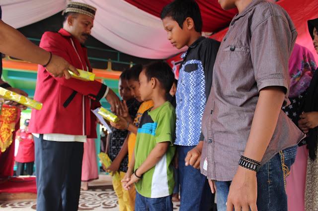 Calon Bupati Pidie H. Sarjani Abdullah menyerahkan satunan anak yatim pada acara khanduri syudaha
