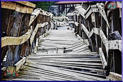 Puente de madera en mal estado