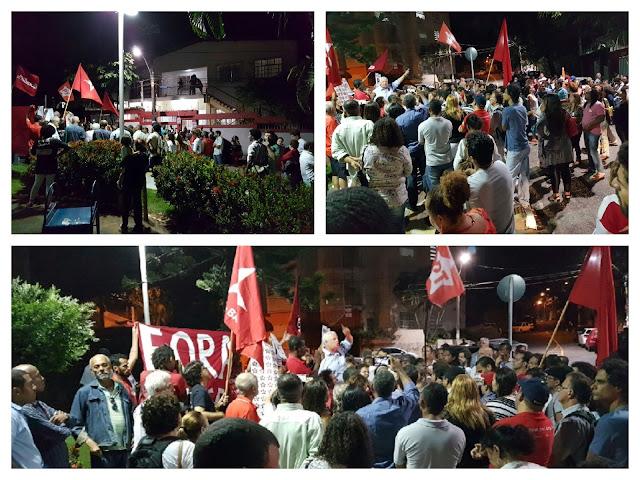 Militantes realizam manifestação em frente à sede do PT no Rio Vermelho