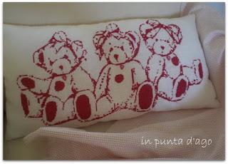 http://silviainpuntadago.blogspot.it/2011/07/da-questo-ricamo-un-cuscino-per-tre.html