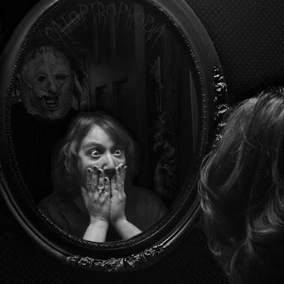 Akibat Terlalu Banyak Menonton Film Horror , Pria Ini Selalu Ketakutan Saat Melihat Wajahnya di Cermin
