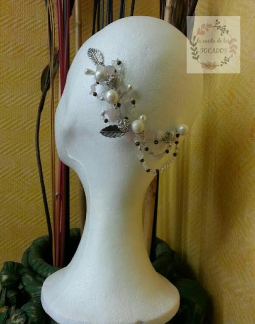tocado original y artesanal para novia con cristales, pedrería y aplicaciones metálicas