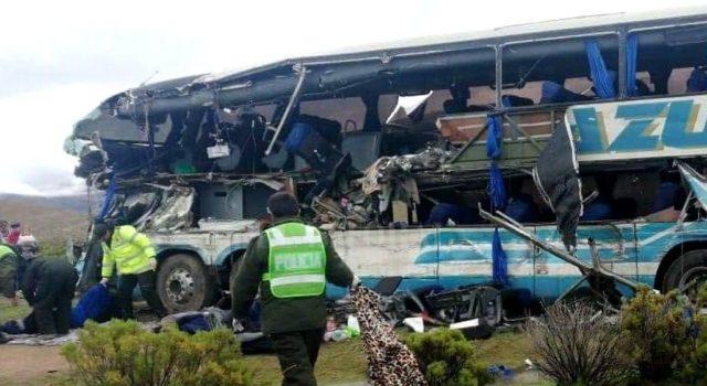 22 muertos y 37 heridos en un choque frontal de autobuses en Bolivia