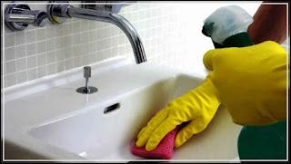 gambar cara membersihkan kamar mandi