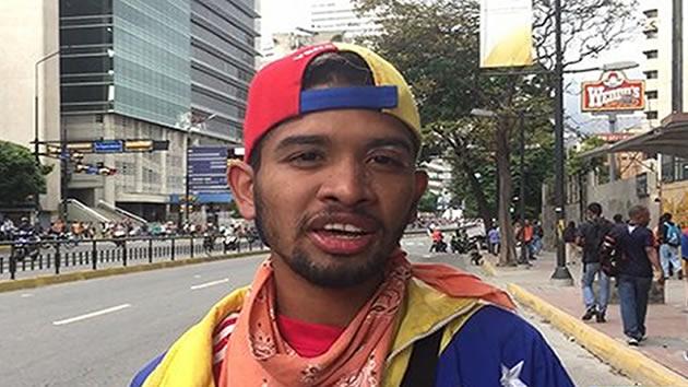 Al 'violinista de las marchas' una Guardia Esbirra de la Dictadura le destrozó su instrumento y recibe lluvia de ofertas
