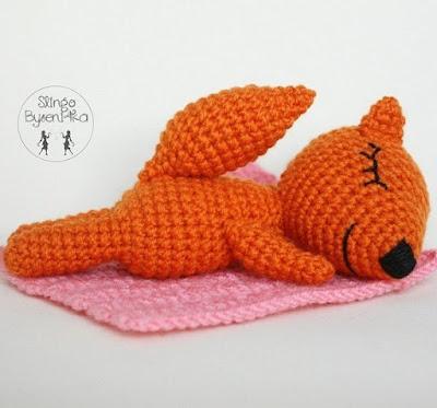 Лисичка сплюшка вязаная игрушка