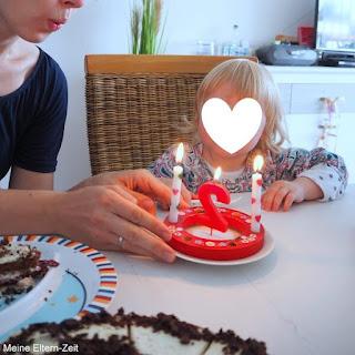 Kleinkind zweiter Geburtstag Kerzen auspusten