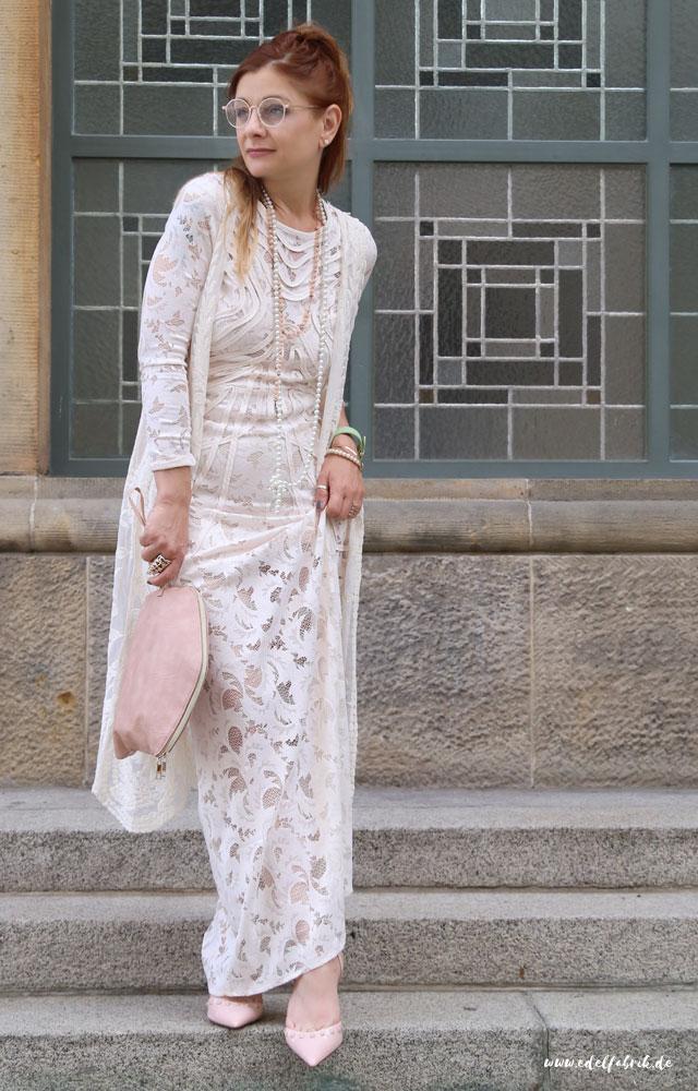die edelfabrik, Outfit mit cremeweißes, langes Spitzenkleid