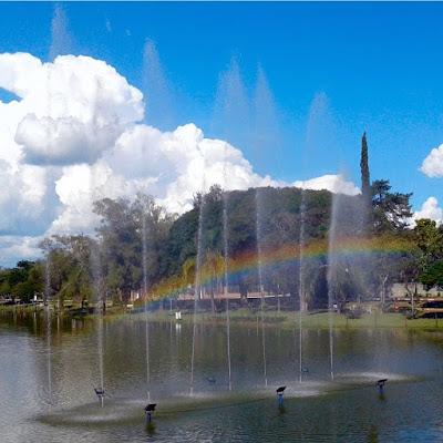"""Gênesis 9:16: """"Toda vez que o arco-íris estiver nas nuvens, olharei para ele e me lembrarei da aliança eterna entre Deus e todos os seres vivos de todas as espécies que vivem na terra."""""""