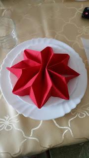 Łatwe szycie zainspirowane było serwetkami papierowymi. Gwiazda betlejemska wykonana z serwetki.