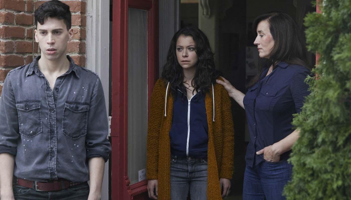 Tatiana Maslany, Jordan Gavaris y Maria Doyle Kennedy en 'Orphan Black'