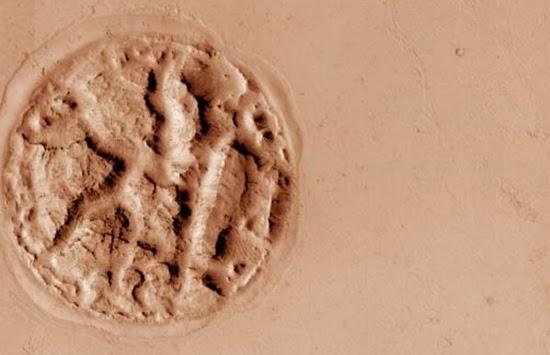 Obyek aneh berupa gundukan melingkar ditemukan oleh para ilmuwan NASA di Athabasca Valles, utara-tengah Elysium Planitia, Mars. Gambar: NASA / JPL-Caltech / University of Arizona.