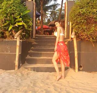 mouni-roy-hot-photo-at-vacation