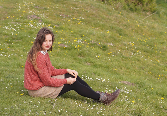 Country girl style blogger in daisy meadow