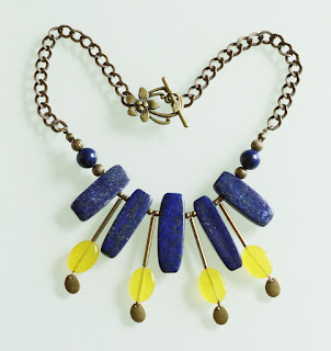 https://www.alittlemarket.com/collier/fr_plastron_ethnique_lapis_lazuli_jade_jaune_et_pyrite_-18900771.html