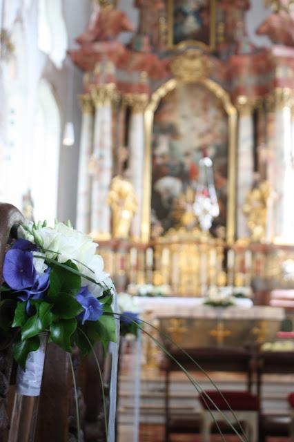 Katholische Trauung in St. Martin, Rot Liebe, Blau Treue, Weiß Unschuld, Farbschema, Hochzeit, heiraten in Garmisch, Bayern, Deutschland, Riessersee Hotel, Hochzeitshotel, Hochzeitsplanerin Uschi Glas
