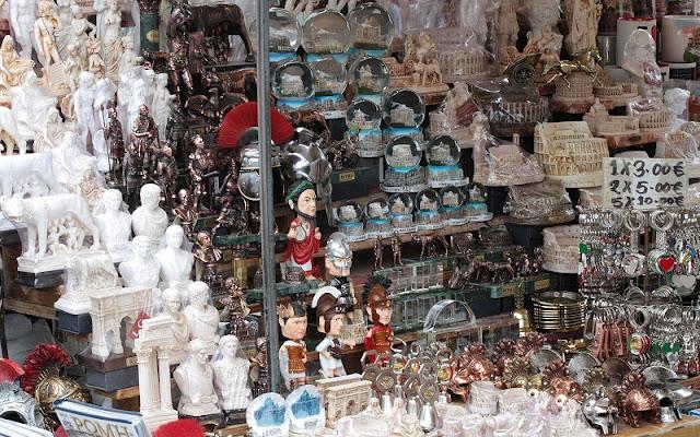 Lojas e barracas espalhadas por Roma para comprar lembrancinhas e souvenirs