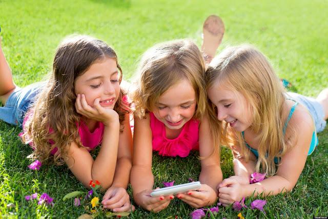 girls-with-phones-jpg.