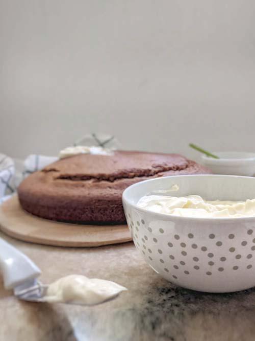 torta de applesauce y cobertura de queso crema y miel