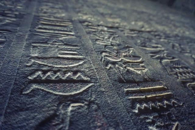 2000年以上経っても残るホルス神殿の石上のレリーフ