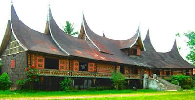 Provinsi Sumatra Barat  Rumah adat untuk tempat tinggal di Sumatra Barat adalah Rumah Gadang. Rumah tersebut dapat dikenali dari tonjolan yang mencuat ke atas yang bermakna menjurus kepada Yang Maha Esa. Tonjolan itu dinamakan gojong yang banyaknya 4-7 buah.
