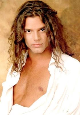 Foto de Ricky Martin con cabello frizado