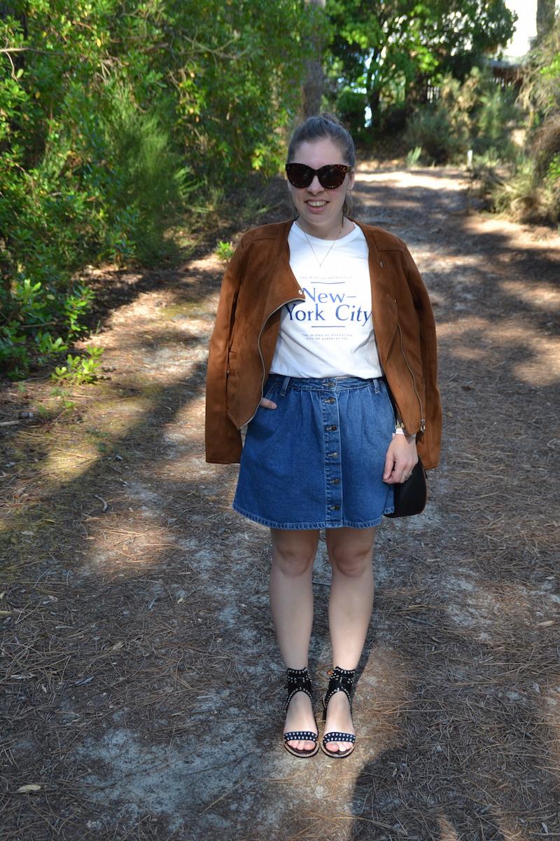 veste en daim stradivarius, jupe en jean Zara, t-shirt New York H&M, sandales Sheinside