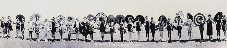Photographie panoramique d'un défilé de maillot de bain en 1924 à Galveston au Texas