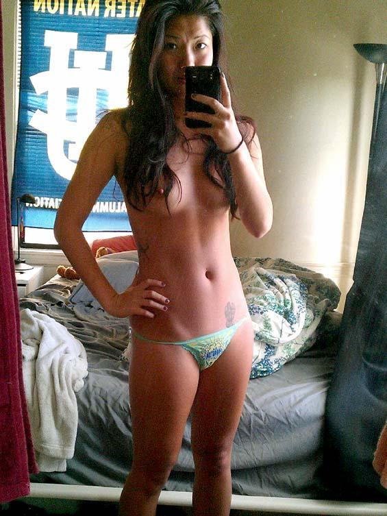 cewek china payudara kecil bergaya sambil memperlihatkan tubuh seksi telanjangnya