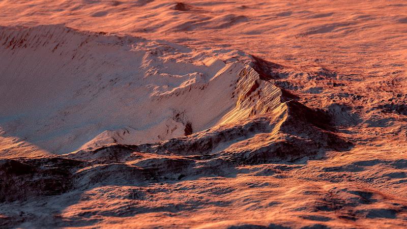 Hình ảnh độ phân giải cao này được chụp từ Tàu thăm dò Quỹ đạo Sao Hỏa (MRO) của NASA, cho thấy phần rìa cạnh của miệng núi lửa Gratteri. Nằm trong khu vực Thung lũng Memnonia trên hành tinh đỏ, Gratteri là một miệng núi lửa rộng 6,9 km. Hình ảnh: NASA/JPL/University of Arizona/USGS/Kevin Gill via Flickr.