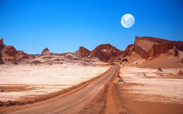 Hoang vắng, khô khốc và ma mị, sa mạc Atacama là một vùng đất cô đơn. Thế nhưng một chuyến đi đến El Tatio vào buổi bình minh luôn là trải nghiệm sống động: bạn sẽ được chứng kiến cảnh tượng nước phun trào từ 80 mạch nước trên khắp sa mạc. Một chuyến đi đến mạch nước ngầm lớn thứ ba thế giới là một trải nghiệm tuyệt vời cho những ai muốn khám phá miền Bắc của Chile, hoặc đơn giản chỉ là băng qua biên giới Bolivian.