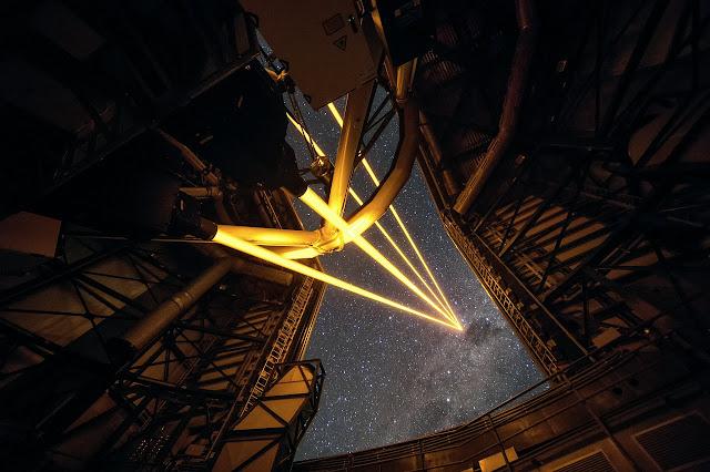 Bốn tia laser tạo thành ngôi sao nhân tạo trên bầu trời Đài Quan sát Paranal. Tác giả : ESO/F. Kamphues.