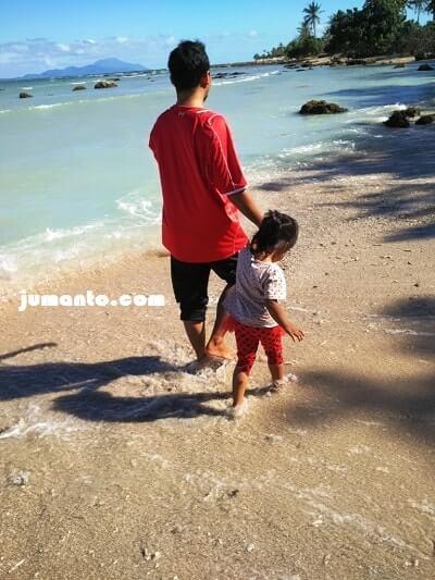 menikmati pasir pantai bagoes