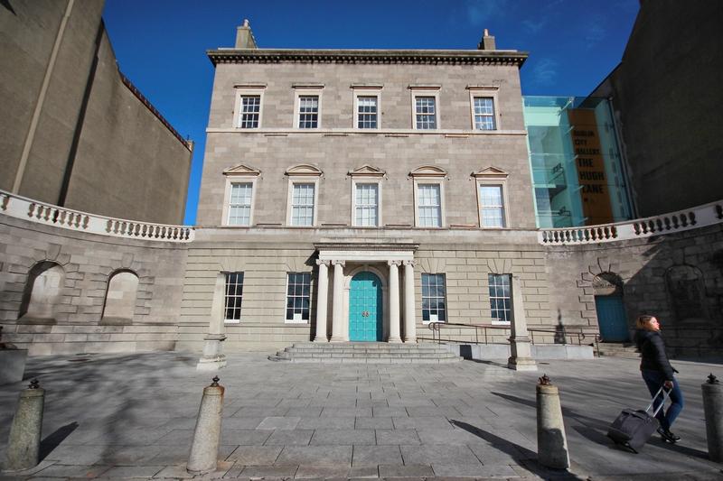 vue d'un musée en pierre avec une imposante porte bleue