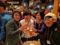ビールで乾杯するメンバー4人