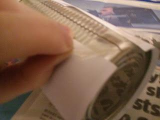 Papír ragasztása a konzervdobozra
