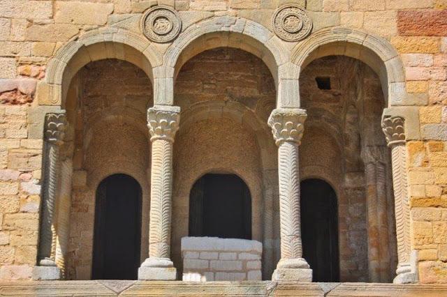 Prerrománico asturiano Arcos de Santa María del Naranco en el Monte Naranco en Oviedo