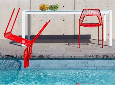 Adanya taman memang menjadi penyegar sekaligus penghias tampilan sebuah desain rumah 60+ Model Kursi Taman Unik untuk Bersantai