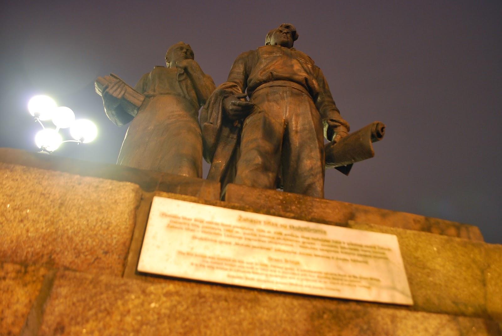 Единственное место, где остались стоять советские статуи. Всего 4 постамента, по два с каждой стороны моста. Вильнюс, Литва.